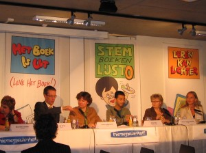 'Het boek is uit!' ThiemeMeulenhoff presenteert digitaal lesmateriaal en organiseert vlak voor de kamerverkiezingen een bijeenkomst met de onderwijsspecialisten. Hilversum, 2006.